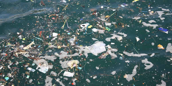 Plastic litter in ocean