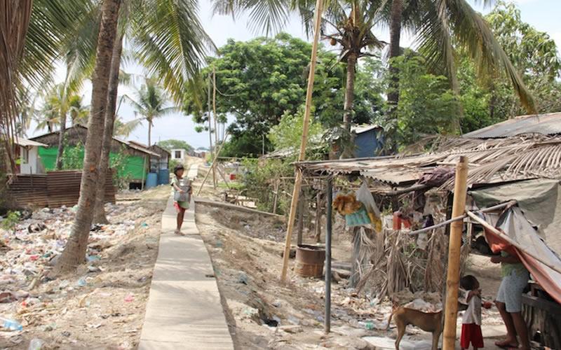 People living in piles of rubbish in Myanmar