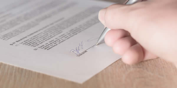 Signing a contract of solar financing